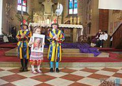 Dzieci  z  przedszkola  publicznego  nr 4  w hołdzie  Janowi Pawłowi  II