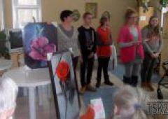 Gimnazjaliści z Jedynki świętują Dzień Babci i Dziadka w Zakładzie Opiekuńczo - Leczniczym