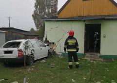 Samochód osobowy uderzył w budynek mieszkalny w miejscowości Mostki w gminie Suchedniów