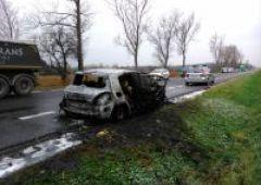Auto w płomieniach