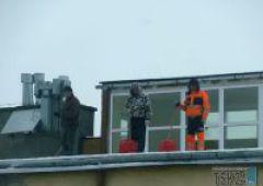 Odśnieżają dachy bez zabiezpieczeń