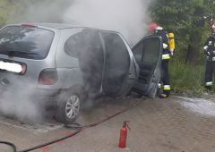 Pożar samochodu na szpitalnym parkingu