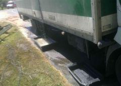 Wyciek żrącej substancji na drodze