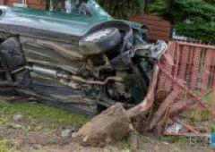 Samochód osobowy staranował ogrodzenie posesji przy ulicy Iłżeckiej