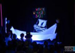 """""""Witajcie w naszej bajce"""" – przedstawienie w wykonaniu dzieci z Przedszkola Publicznego nr 4 techniką Czarnego Teatru"""