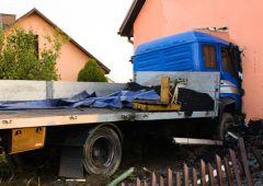Samochód ciężarowy wjechał w dom jednorodzinny