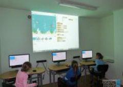 """Dzieci z SP w Lipowym Polu zgłębiają tajniki programowania, podczas Multiatrakcji"""" w Bibliotece na Sezamkowej"""