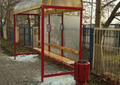 Kolejny atak wandali na przystanek autobusowy
